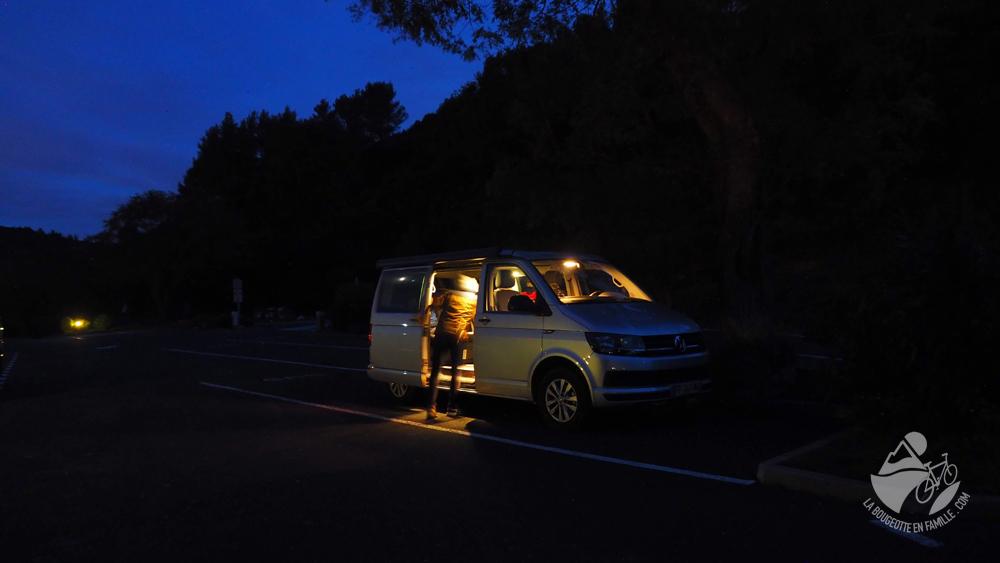 van-parking-nuit
